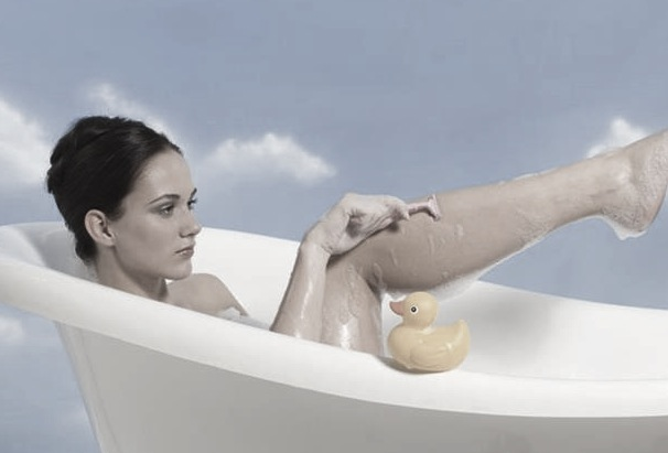 young_woman_shaving_legs_in_bath_RRF00001