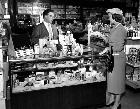 USA, Massachusetts, Boston, woman doing shopping in drug store